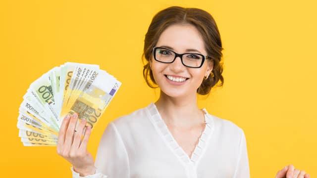 Förderservice Remeha - Frau mit Geld